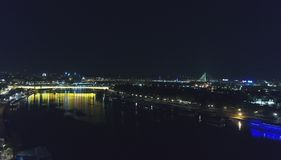 Horizon de ville dans la nuit photo stock