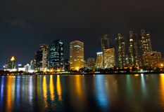Horizon de ville de Bangkok la nuit Images libres de droits
