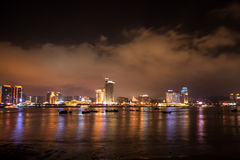 Horizon de ville de bord de la mer la nuit Images libres de droits
