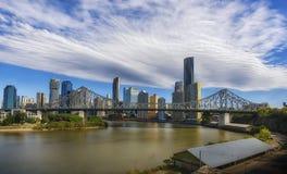 Horizon de ville de Brisbane avec le pont d'histoire Image libre de droits