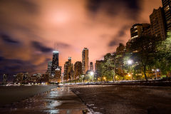 Horizon de ville de Chicago la nuit Photographie stock libre de droits
