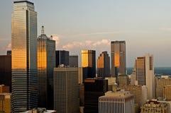 Horizon de ville de Dallas en soirée Images libres de droits