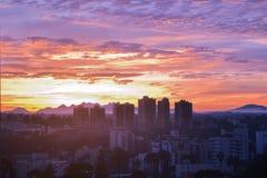 Horizon de ville de ¡ de Curitiba Paranà pendant le coucher du soleil Photographie stock
