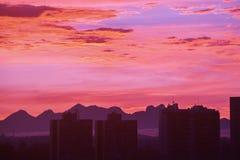 Horizon de ville de ¡ de Curitiba Paranà pendant le coucher du soleil Photographie stock libre de droits