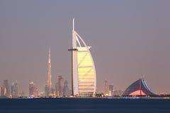 Horizon de ville de Dubaï au crépuscule Images libres de droits