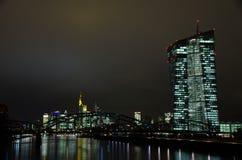 Horizon de ville de Francfort la nuit Photographie stock libre de droits