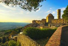 Horizon de ville de la Toscane, du Volterra, église et arbres sur le coucher du soleil ital photographie stock libre de droits