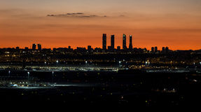 Horizon de ville de Madrid le soir Image stock