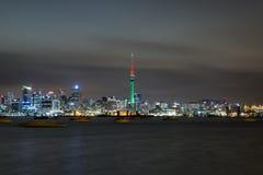 Horizon de ville de nuit au-dessus de la mer orageuse Image libre de droits
