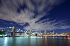 Horizon de ville de passerelle et de Manhattan de Brooklyn images stock