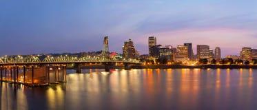 Horizon de ville de Portland au panorama crépusculaire Photographie stock libre de droits