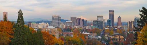 Horizon de ville de Portland Orégon et automne de capot de support Photographie stock libre de droits