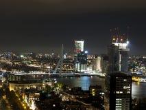 Horizon de ville de Rotterdam pendant la nuit Images libres de droits
