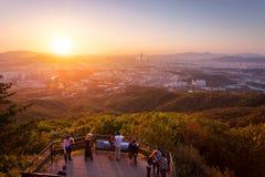Horizon de ville de Séoul dans le coucher du soleil la meilleure vue à la forteresse de Namhansanseong Image libre de droits