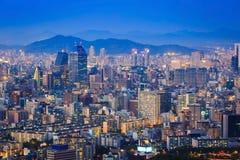 Horizon de ville de Séoul la nuit Images stock