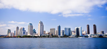 Horizon de ville de San Diego le long de port Photo stock