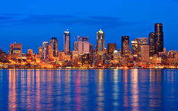 Horizon de ville de Seattle la nuit Photos libres de droits