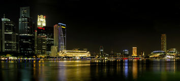 Horizon de ville de Singapour au panorama de nuit Images libres de droits