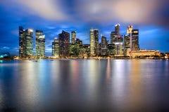 Horizon de ville de Singapour la nuit Photographie stock libre de droits