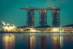 Horizon de ville de Singapour la nuit Photographie stock