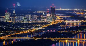 Horizon de ville de Vienne la nuit images libres de droits