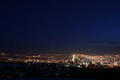 Horizon de ville la nuit Photographie stock libre de droits
