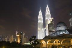 Horizon de ville la nuit Images libres de droits