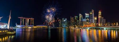 Horizon de ville de Singapour et beaux feux d'artifice Photographie stock libre de droits