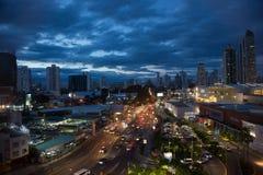Horizon de ville de vue panoramique illuminé la nuit photos stock