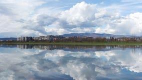 Horizon de ville de Zagreb à travers la rivière Sava et avec la montagne Medvednica à l'arrière-plan Photos stock