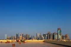 Horizon de West- van Bay City zoals die van de Grote Moskee Doha, Qatar wordt bekeken Stock Foto