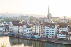 Horizon de Zurich du Lindenhof au lever de soleil Image libre de droits