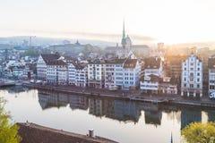 Horizon de Zurich du Lindenhof au lever de soleil Images libres de droits