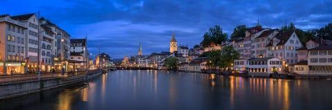 Horizon de Zurich et rivière de Limmat le soir, Zurich, Switzerl Photographie stock