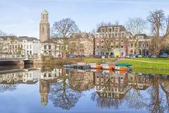 Horizon de Zwolle se reflétant dans le canal Photographie stock libre de droits