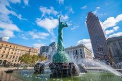 Horizon du centre de Cleveland et fontaine de statue de la vie éternelle image stock
