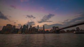 Horizon du centre de Manhattan au crépuscule banque de vidéos
