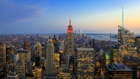 Horizon du centre de Manhattan avec l'Empire State Building et les gratte-ciel lumineux au coucher du soleil photographie stock
