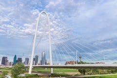 Horizon du centre de Margaret Hunt Hill Bridge et de Dallas image stock