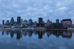 Horizon du centre de Montréal reflété dans le fleuve StLaurent photographie stock