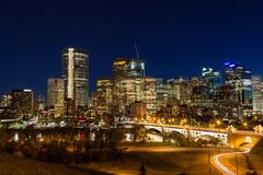 Horizon du centre de nuit de Calgary Photographie stock