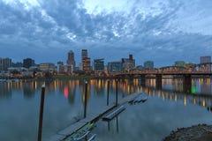 Horizon du centre de Portland à l'heure bleue images libres de droits