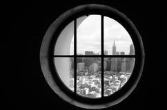 Horizon du centre de San Francisco comme vu d'une fenêtre ronde Photographie stock libre de droits