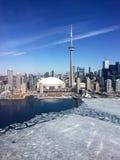 Horizon du centre de Toronto, hiver en retard, avec de la glace sur le lac Ontario Photographie stock