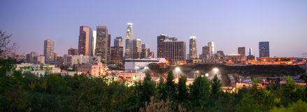 Horizon du centre de ville de Los Angeles la Californie de coucher du soleil Image libre de droits