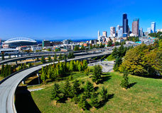 Horizon du centre de ville de Seattle avec l'autoroute Photographie stock libre de droits