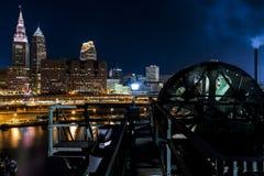 Horizon du centre dramatique au coucher du soleil - pont d'ascenseur abandonné de rivière de Cuyahoga à Cleveland, Ohio photos stock