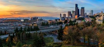 Horizon du centre et gratte-ciel de Seattle au delà de l'échange d'autoroute d'I-5 I-90 au coucher du soleil en automne avec le f image stock