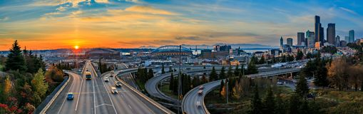 Horizon du centre et gratte-ciel de Seattle au delà de l'échange d'autoroute d'I-5 I-90 au coucher du soleil en automne avec le f photos libres de droits