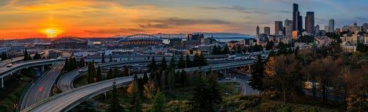 Horizon du centre et gratte-ciel de Seattle au delà de l'échange d'autoroute d'I-5 I-90 au coucher du soleil en automne avec le f images stock